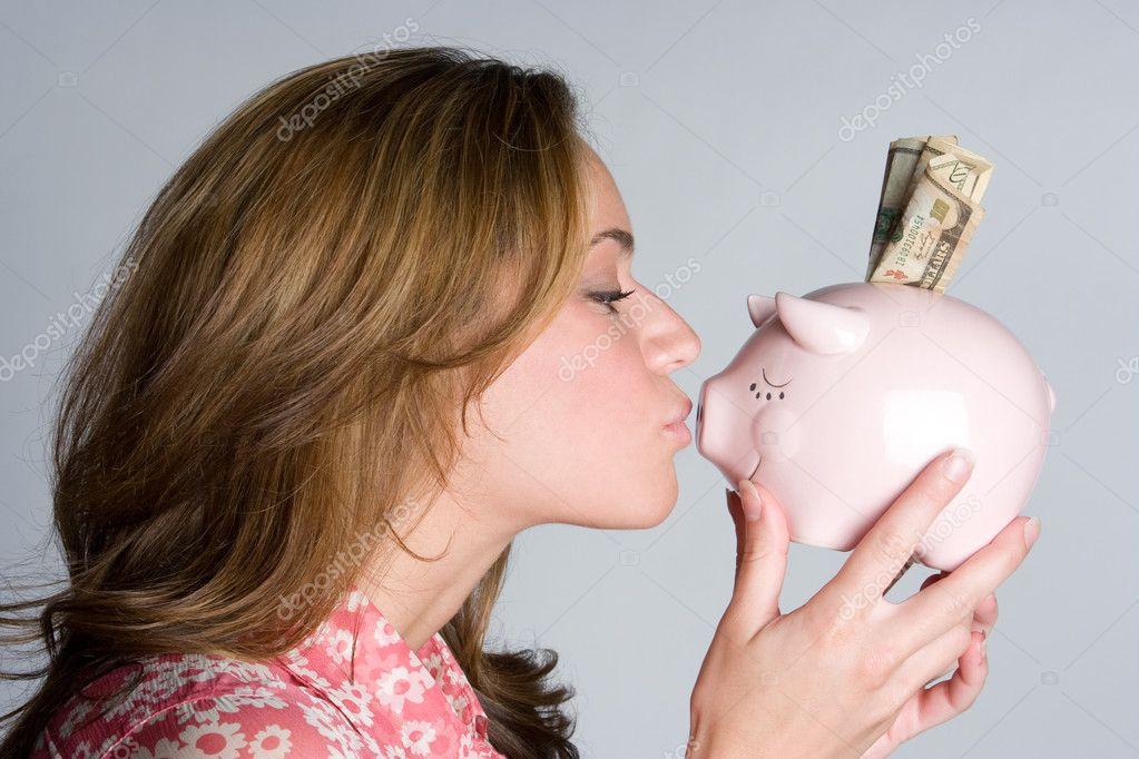 女人接吻猪存钱罐