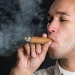 человек, курящий сигару — Стоковое фото #11754621