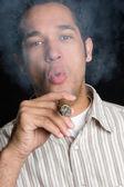 男子吸烟雪茄 — 图库照片