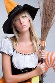 Kadın giyiyor cadı kostümü — Stok fotoğraf
