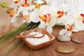 Zátiší spa koupelová sůl s ručníky — Stock fotografie