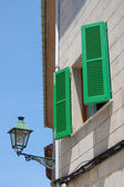 Zielone okiennice — Zdjęcie stockowe