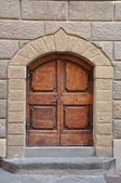 木製の門と石の壁、建物トスカーナ — ストック写真