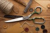 Vecchie forbici e bottoni sul tavolo in legno — Foto Stock