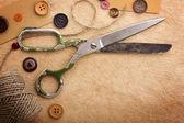 Antiga tesoura e botões sobre a textura do papel — Foto Stock