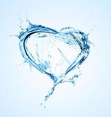 Cœur des éclaboussures d'eau avec des bulles isolé sur blanc — Photo