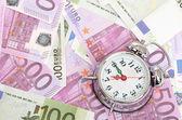 Sveglia per le banconote in euro isolato su bianco — Foto Stock