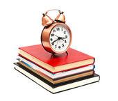 Horloge et livres sur fond blanc — Photo