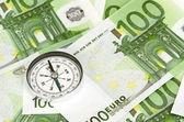 许多欧元纸币和指南针 — 图库照片