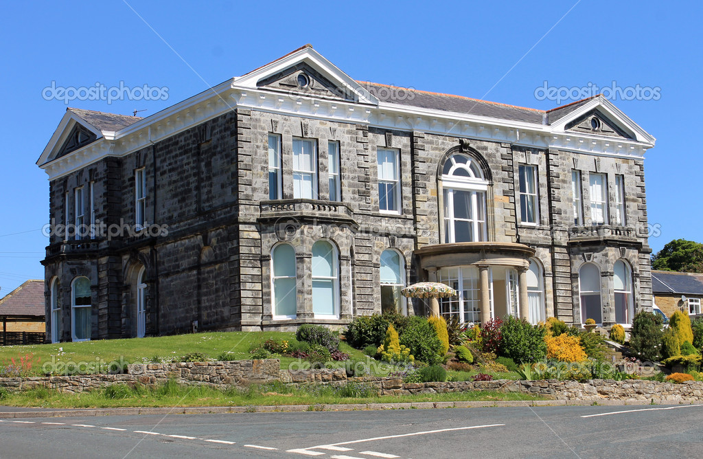Old Georgian mansion with garden and blue sky background in summer. — Stock Photo #10809613