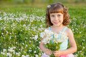 Flicka med en bukett blommor — Stockfoto