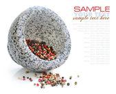 Almofariz de pedra com a mistura de pimentas no fundo branco — Foto Stock