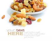 Mélanger les noix et fruits secs sur fond blanc — Photo