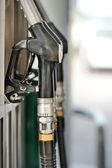 ガソリン スタンドでポンプ ノズル。foc とフィールドの浅い深さ — ストック写真