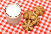 Shortbread and glass of milk — Stock Photo