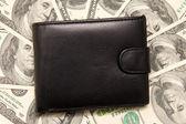 Svart plånbok med pengar. — Stockfoto