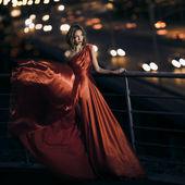 Kırmızı elbise çırpınan içinde seksi genç güzellik kadın — Stok fotoğraf