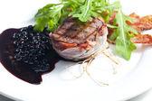 стейк из говядины жареная в беконе с соусом из можжевельника и красное вино — Стоковое фото