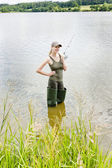 在池塘里钓鱼的女人 — 图库照片