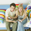 Foto Stock: Couple sitting on sofa