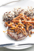 Bistecca con prosciutto funghi e pollame — Foto Stock