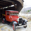 Old car at covered wooden bridge, Vermont, USA — Stock Photo #11286120