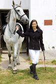 厩舎で馬と乗馬 — ストック写真