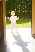 Kleinkind in türen stehen — Stockfoto