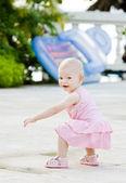 Small girl on walk — 图库照片