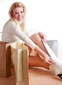 Shopping woman sitting on the floor — Stockfoto