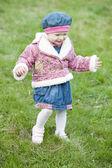 Klein meisje op wandeling — Stockfoto