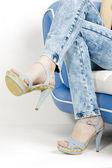 Denim yazlık ayakkabılar giyen kadın detay — Stockfoto
