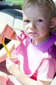 Porträtt av lilla flickan att äta yoghurt — Stockfoto