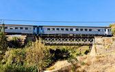 поезд на железнодорожный виадук в долине дору, португалия — Стоковое фото