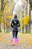 Mulher no beco outonal — Fotografia Stock