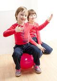 Dos hermanas jugando — Foto de Stock