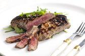 烤的牛排腌制的芥末与 ruccola — 图库照片