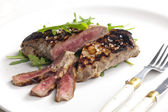 Grilled beefsteak pickled in Dijon mustard with ruccola — Zdjęcie stockowe
