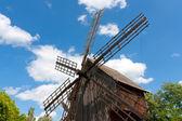 Väderkvarn på blå himmel bakgrund — Stockfoto