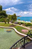 Bahçe gölet deniz kenarında ile — Stok fotoğraf