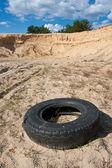 Övergivna däck på sandy — Stockfoto