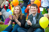 Young couple applauding — Stock Photo