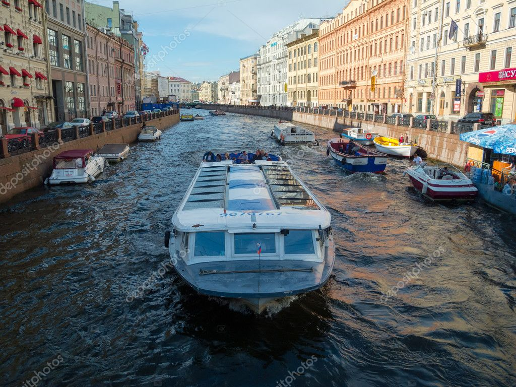 View of Neva River channel with boats in Saint-Petersburg, Russia. — Stock Photo #12069627