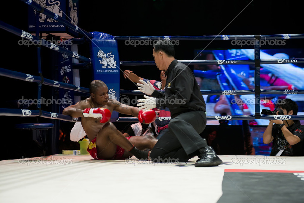 "BANGKOK - JUNE 9: Muay Thai Super Welterweight World Championship fight - Alejandro Asumu Osa (Spain) got knocked out by Kem Sitsongpeenong (Thailand) at ""BATTLE FOR THE BELTS"" event on June 9, 2012 in Bangkok, Thailand — Stock Photo #11082344"