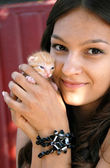 Teen girl with a kitty — Stock Photo