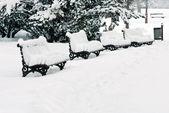 雪のベンチ — ストック写真