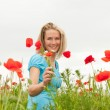 Foto Stock: Wompicking bouquet of flowers