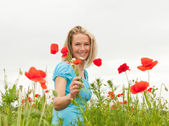 Woman picking a bouquet of flowers — Stock Photo