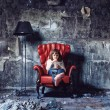 Girl  in  grunge interior - Foto Stock