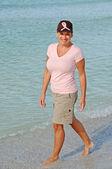 Mujer atractiva usando cinta rosada en sombrero — Foto de Stock